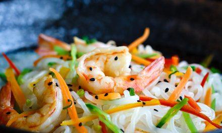 Shirataki noodles con gamberi e verdure