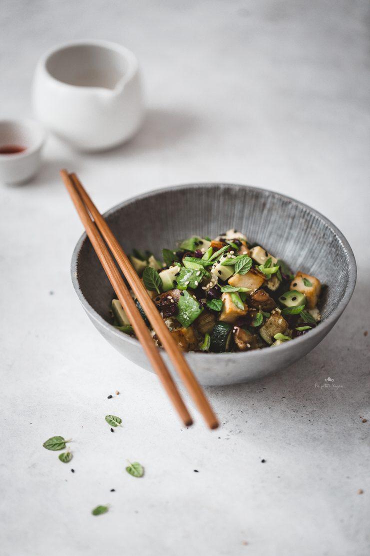 Riso di cavolfiore arrostito con tofu e verdure al miso