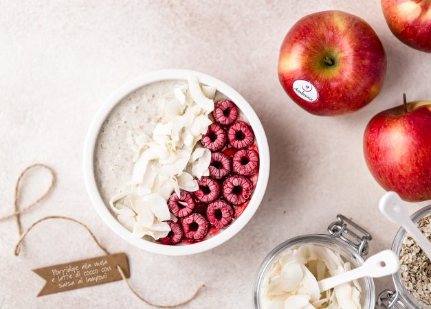 Porridge alla mela e latte di cocco con salsa ai lamponi