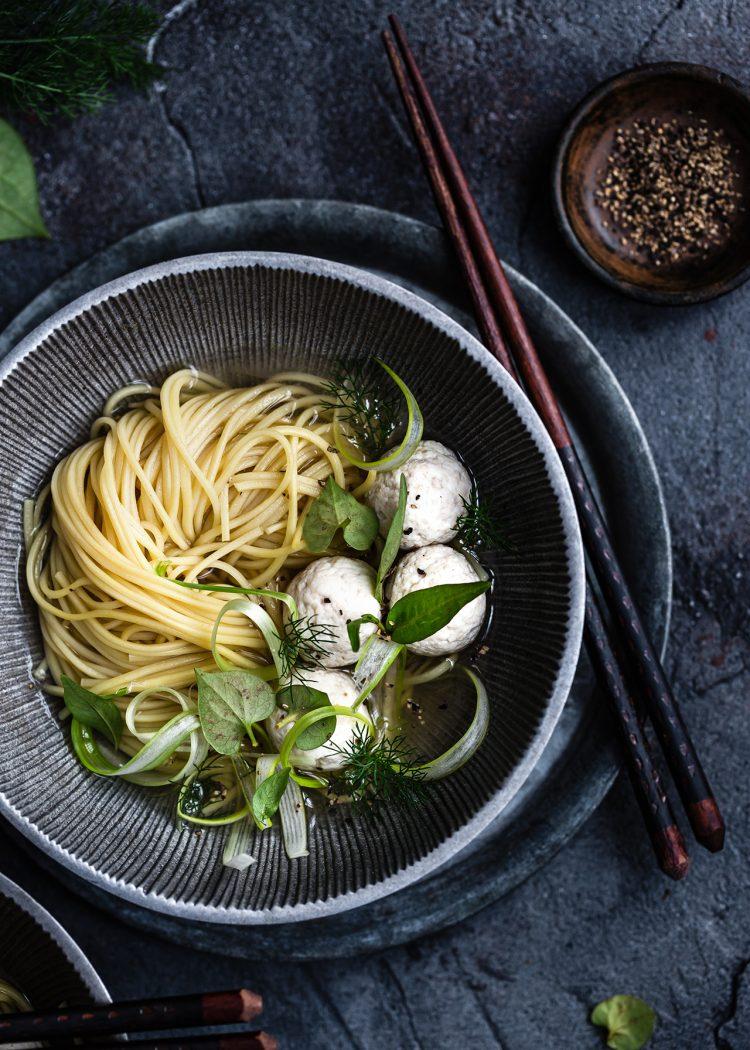 noodles in brodo di finocchio e zenzero con polpette di pollo