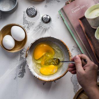 Sbattete le uova con un pizzico di sale. <br /> Aggiungete l'acqua e mescolate bene.<br /> Filtrate il composto di uova con un colino a maglia fine per ottenere un risultato ancora più soffice ed eliminare la calaza dell'uovo (ispessimenti dell'albume).<br /> <br />