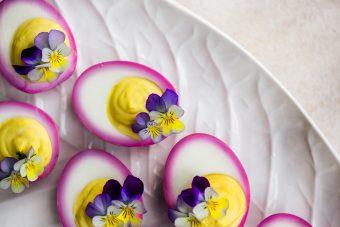 deviled eggs alla barbabietola