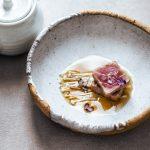 Tataki di tonno con funghi enoky in brodo di miso