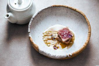 tataki di tonno rosso con funghi enoky e brodo di miso
